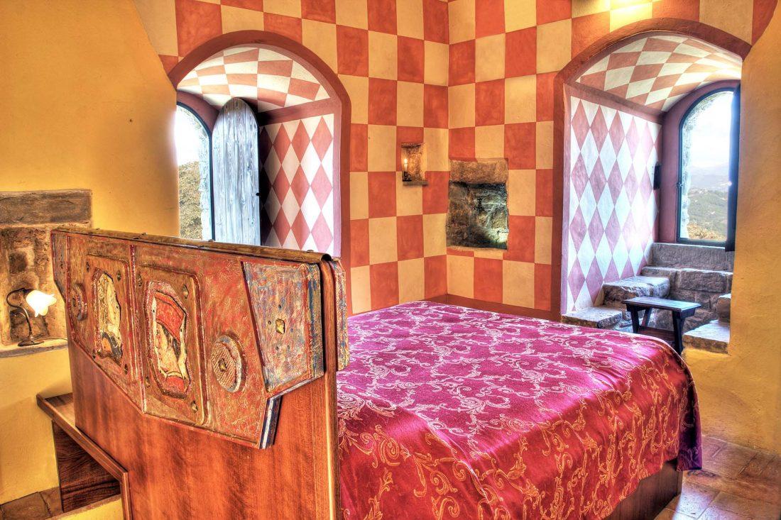 Camera nella Torre Medievale - Castello di Petroia