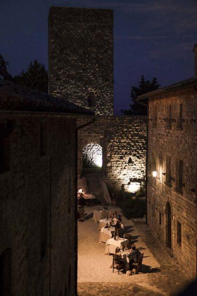 Cena nella piazza del Castello di Petroia