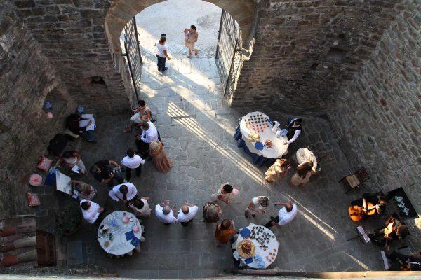 Aperitivo all'aperto - Castello di Petroia